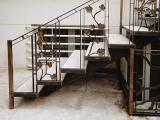 Trabajo en acero corte Pasillos, vestíbulos y escaleras de estilo clásico de homify Clásico