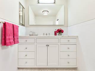 Hall Bath:  Bathroom by Clean Design