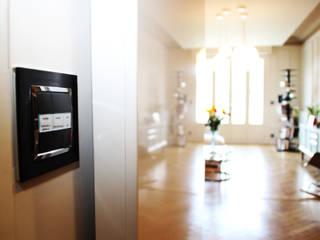 appartement haussmannien rénové à Lyon 06: Couloir et hall d'entrée de style  par Koya Architecture Intérieure, Classique