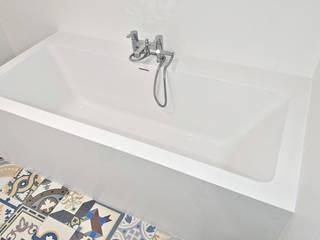 Nowoczesna, biała łazienka z mocnym akcentem kolorystycznym. Nowoczesna łazienka od Luxum Nowoczesny