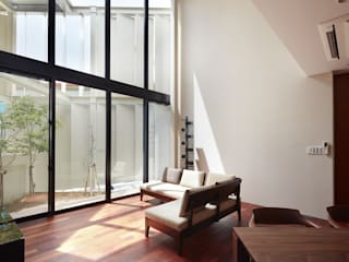 Modern Living Room by 仲間郁代建築設計事務所株式会社(英名:IKUYO NAKAMA ARCHITECT & ASSOCIATES) Modern