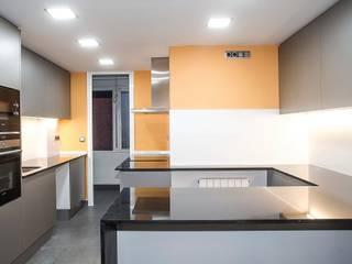 Grupo Inventia Cocinas de estilo moderno Compuestos de madera y plástico Naranja