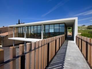 Ecole Lei-Cigaloun - Création d'un refectoire (cuisine + salle de restauration): Ecoles de style  par Unic architecture
