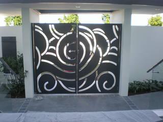 Puertas de garajes de estilo  por NATUREL METAL FERFORJE