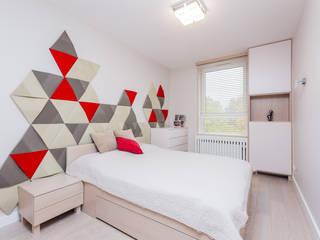 Czerwony akcent w sypialni: styl , w kategorii Sypialnia zaprojektowany przez ZAWICKA-ID Projektowanie wnętrz