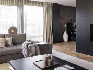 metamorfose voor moderne villa:  Woonkamer door choc studio interieur