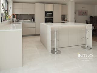 Intuo handleless kitchen in sand laminate: modern Kitchen by Intuo