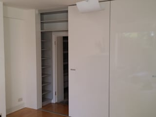 Fitted Sliding Door Wardrobe with En-suite Access par Kleiderhaus ltd Moderne