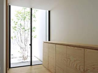 Corridor & hallway by 空間建築-傳 一級建築士事務所