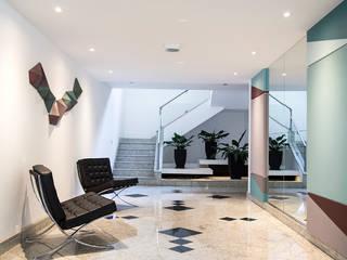 Nova roupagem para o mesmo hall: Corredores e halls de entrada  por Cecília Mesquita Arquitetura