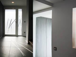 maison des années 70 entièrement rénovée à Brignais: Couloir et hall d'entrée de style  par Koya Architecture Intérieure, Moderne