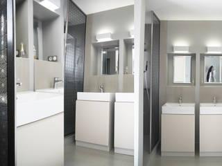 maison des années 70 entièrement rénovée à Brignais: Salle de bains de style  par Koya Architecture Intérieure, Moderne