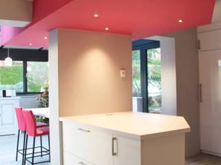 Extension et rénovation d'une maison à Saint Cyr: Cuisine de style  par Koya Architecture Intérieure, Moderne