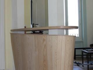 meuble bar TV sur mesure entre deux poteaux existants par Atelier Bois Dlilio Moderne
