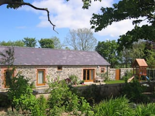 Hilltop stone farm buildings converted and extended to form modern family home Nowoczesne domy od Des Ewing Residential Architects Nowoczesny