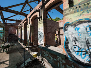 Renovation and conservation of derelict train station into five bespoke properties Rustykalne domy od Des Ewing Residential Architects Rustykalny