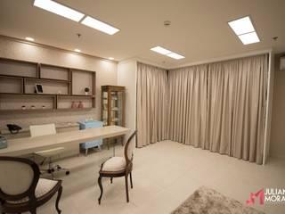 |Projeto de interiores• Sala de vestidos de noiva| : Escritórios  por Juliana Moraes Arquitetura e Interiores ,Clássico