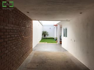 Moderne Garagen & Schuppen von [GM+] Arquitectos Modern