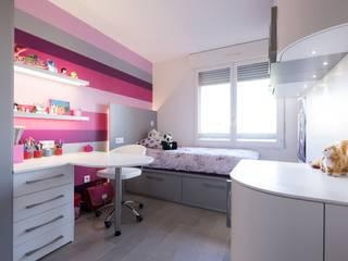 Chambre enfant fille: Chambre d'enfant de style  par LA CUISINE DANS LE BAIN SK CONCEPT