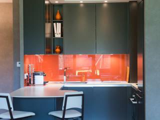 Cuisine orange laqué modèle Sigma, ouverte sur salon, style chic et moderne: Cuisine de style  par LA CUISINE DANS LE BAIN SK CONCEPT