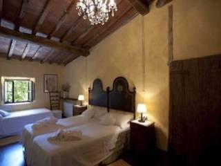 camera da letto b&b: Camera da letto in stile  di Studio Tecnico Progettisti Associati Ing. Marani Marco & Arch. Dei Claudia
