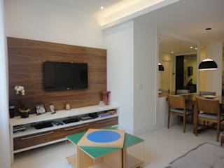 APARTAMENTO EM COPACABANA - BARATA RIBEIRO: Salas de estar  por Maria Helena Torres Arquitetura e Design