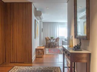 Pasillos, vestíbulos y escaleras de estilo moderno de Renata Romeiro Interiores Moderno