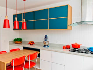 Renata Romeiro Interiores Moderne Küchen Holz Blau