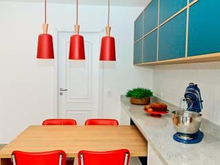 Modern kitchen by Renata Romeiro Interiores Modern