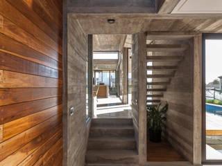 Nowoczesny korytarz, przedpokój i schody od Besonías Almeida arquitectos Nowoczesny