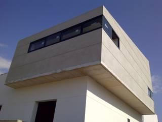 Volumen volado: Casas de estilo  de a+u arquitectura y urbanismo