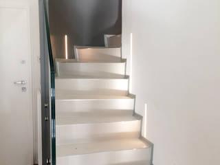 Minimalistyczny korytarz, przedpokój i schody od D3 Architetti Associati Minimalistyczny