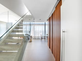 Studio Leonardo Muller Modern Corridor, Hallway and Staircase Wood White