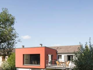 Extension d'une maison individuelle comprenant une adaptation pour une personne à mobilité réduite et une rénovation thermique de la partie existante: Maisons de style de style Moderne par nine architectes