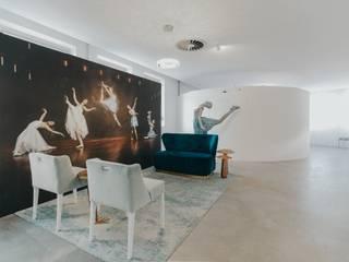 And I Wonder Studio: Lojas e espaços comerciais  por ad+r Creative Studio,Industrial
