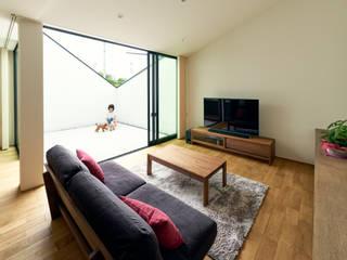 リビング、テラス: H建築スタジオが手掛けた家です。