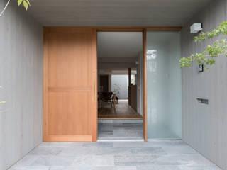 Moderner Flur, Diele & Treppenhaus von 安江怜史建築設計事務所 Modern