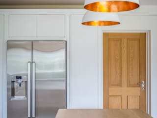 Minimalist White Kitchen with Warm Accents: minimalistic Kitchen by It Woodwork