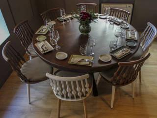Mesa redonda de comedor.: Comedores de estilo  de Conely