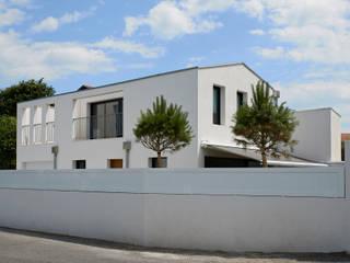 villa sur rue contemporaine avec une loggia abritée et un jardin.: Maisons de style  par Rodde Aragües Architectes