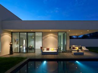 villa en L avec un couloir de nage: Maisons de style  par Rodde Aragües Architectes