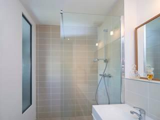 douche à l'italienne, salle de bain contemporaine, bordeaux nord, vitrage en second jour: Salle de bains de style  par Rodde Aragües Architectes
