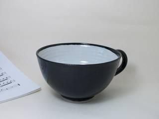 Grande tasse noire et blanche en grès:  de style  par Si la pluie...