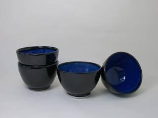 Petits bols noirs et bleu vif en grès:  de style  par Si la pluie...