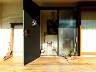 すわ製作所 Ingresso, Corridoio & Scale in stile eclettico