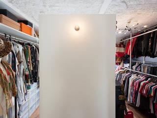 A邸-ワークスペースに夫婦それぞれの空間: 株式会社ブルースタジオが手掛けたウォークインクローゼットです。,