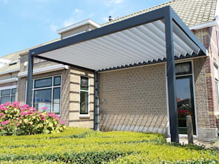 Luxe terrasoverkapping met kantelbaar lamellendak: modern  door Paul & Paul Kozijnen, Zonwering & Serres, Modern
