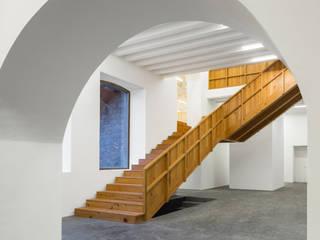 Коридор, прихожая и лестница в модерн стиле от Menos é Mais - Arquitectos Associados Модерн