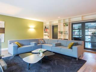 Kleur en structuur in de woonkamer:   door HomeAccent Interieurbureau
