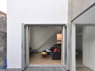 Modern balcony, veranda & terrace by 門一級建築士事務所 Modern
